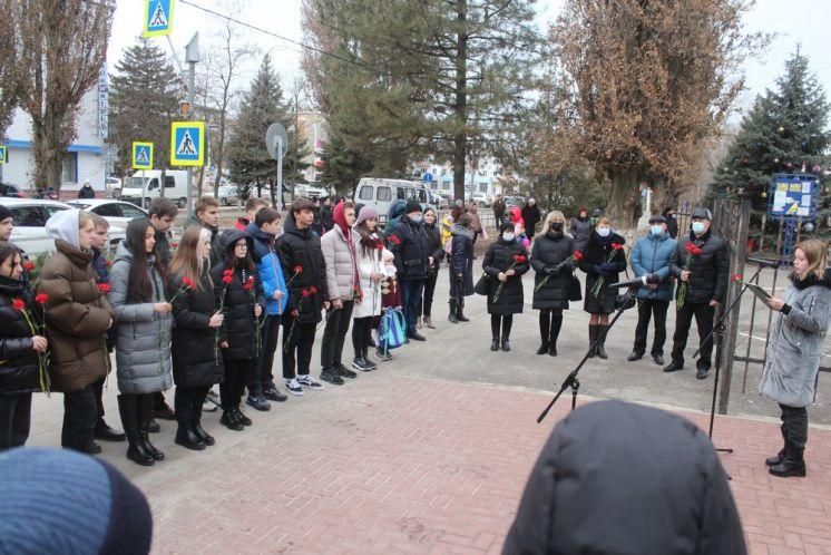 В Волгодонске возложили цветы к памятнику Героя России Михаилу Ревенко