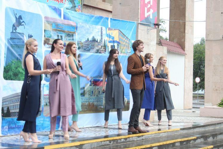 Артисты ДК «Октябрь» принимают участие в праздничных мероприятиях, посвященных Дню рождения Волгодонска