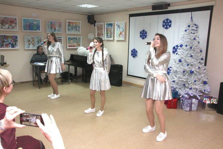Артисты ДК «Октябрь» выступили на награждении победителей конкурса детского рисунка «Зимняя сказка»
